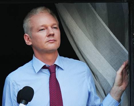 Julian Assange katseli kuulijoitaan Ecuadorin lähetystön parvekkeelta Lontoossa viime sunnuntaina.