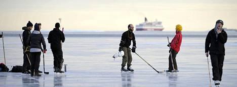 Vielä sunnuntaina Uunisaaren edustan jääpeitteestä oli iloa kymmenille luistelijoille.