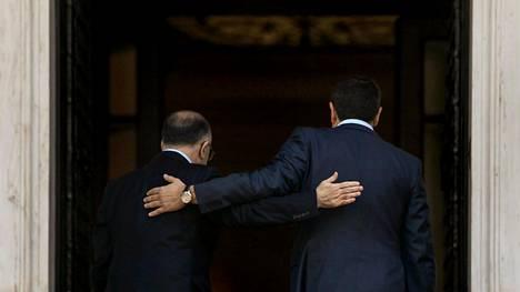 Kreikan pääministeri Alexis Tsipras (oik.) ja Ranskan pääministeri Bernard Cazeneuve astelivat pääministerin virka-asuntoon perjantaina Ateenassa.