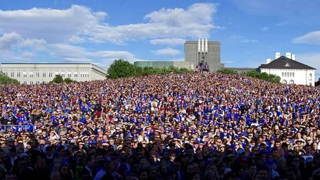Islantilaiset katsoivat EM-otteluita sankoin joukoin fanialueilla Reykjavikissa. Kuva sunnuntain Ranska-puolivälierästä.