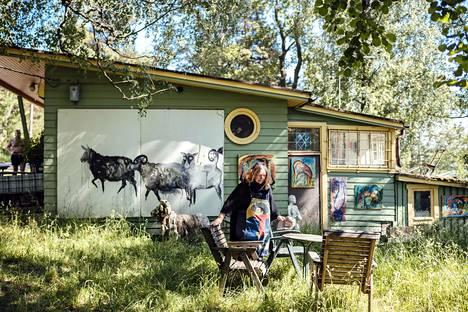 Maija Hyvönen pitää kioskia Kivinokassa. Hänen taitessaan seikkailee paljon lehmiä. Hän kertoo, että yksi lehmä itki silmät päästään, kun kioskin vakiovieras Pentti Linkola kuoli.