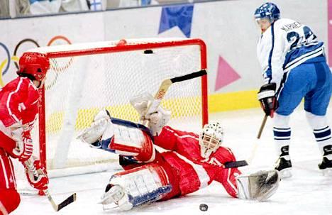 Sami Kapanen yritti ujuttaa Kiekon Itävallan maaliin Lillehammerissa.