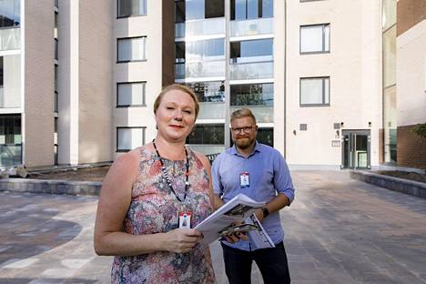 Johanna Mustonen ja Kyösti Juntunen myyvät uusia asuntoja Vantaan Martinlaaksossa.