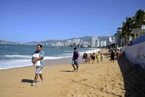 Ihmisiä rannalla Meksikon Acapulcossa lauantaina.