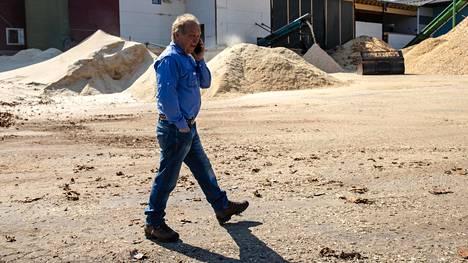 Hakkarainen on myynyt omistuksensa perheensä entisestä sahasta. Kertomansa mukaan hän käy silti puuhastelemassa sahalla.