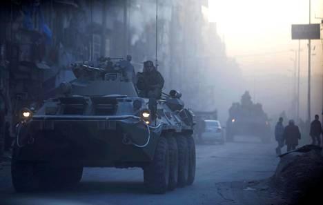 Venäjän armeijan sotilaita liikkui panssariajoneuvolla Aleppossa helmikuussa 2017.