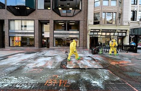 Bostonin palolaitoksen vaarallisten aineiden yksikkö siivosi räjähdyspaikkaa maratonin maaliviivan läheisyydessä maanantaina.