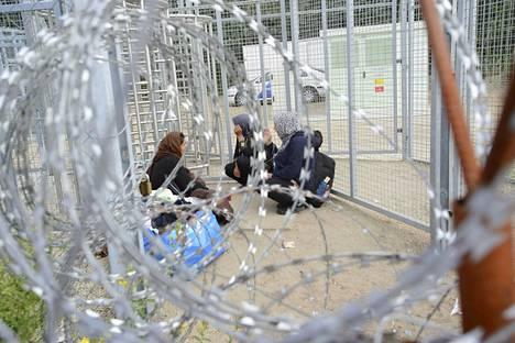 Pakolaisia Unkarin rajalla sijaitsevassa pidätyskeskuksessa elokuussa 2016.