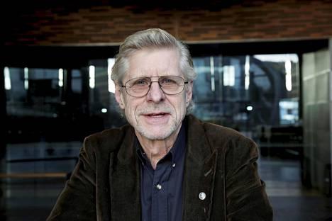Seppo Hovi on toinen ohjelman juontajista.