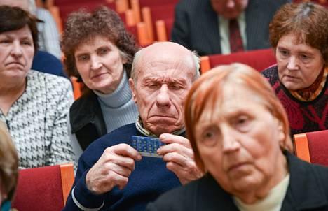 Latvian europrojektin vetäjät kertoivat torstaina Gulbenen kulttuuritalolla yhteisvaluutan käyttöönotosta eläkeläisille.