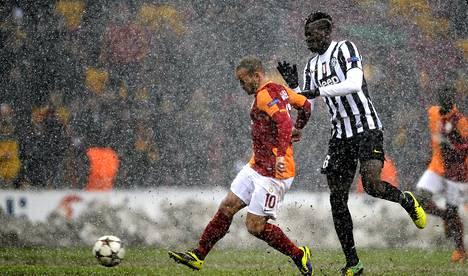 Galatasarayn Wesley Sneijder (vas.) teki joukkueelleen voittomaalin Juventusta vastaan Mestarien liigassa.