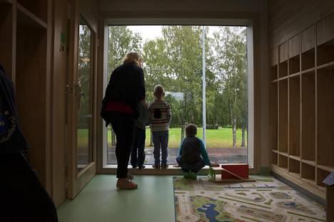 Suomalaisten lastentarhanopettajien keskiansiot ovat pienemmät kuin kaikissa OECD-maissa keskimäärin.