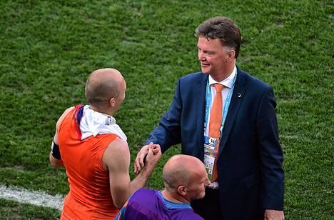 Louis van Gaal kätteli Arjen Robbenia Chile-ottelun jälkeen.
