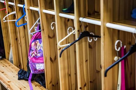 Lasten asuminen kahdessa kodissa voi joskus tuottaa hankaluuksia esimerkiksi vaatteiden kuljettamisessa ja niiden huoltamisessa.