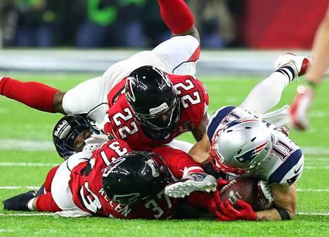 Yksi Super Bowlin ratkaisseista peleistä nähtiin viimeisellä neljänneksellä kun Patriotsin Julian Edelman sai pidettyä pitkän syötön niukasti hallussaan ja irti maasta, vaikka ote pallosta kirposikin Falconsin puolustuksen puristuksessa.