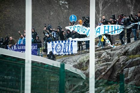 HJK:n kannattajat eivät piitanneet sadesäästä tai heikoista katselupaikoista Töölön jalkapallostadionin viereisillä kallioilla, kun joukkue avasi kautensa Veikkausliigassa Honkaa vastaan 24. huhtikuuta.