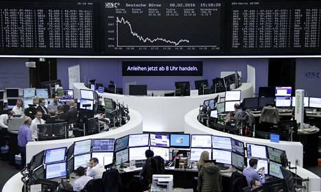 Osakeindeksit halpenivat Euroopassa maanantaina. Frankfurtin pörssi laski yli kolme prosenttia.