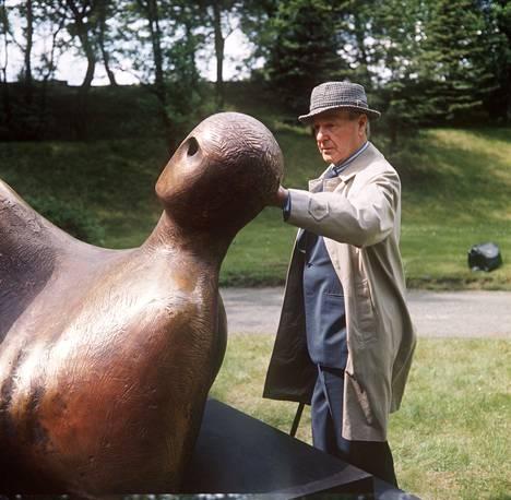 Kuvanveistäjä Henry Moore tutkimassa The Goslar Warrior -veistostaan vuonna 1975.