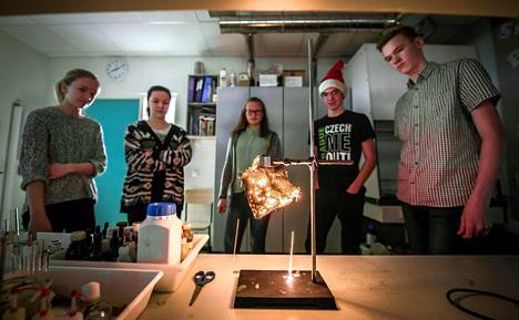 Stiina Vard (vas.), Hanna Puusta, Karmen Raudsepp, Johannes Kodumäe ja Ott Kattel tekevät laboratoriokokeita 9.R-luokan kemiankerhossa Jürin koulussa.