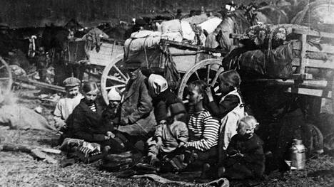 Perhe odottaa kohtaloaan Fellmanin pellolla Lahdessa.