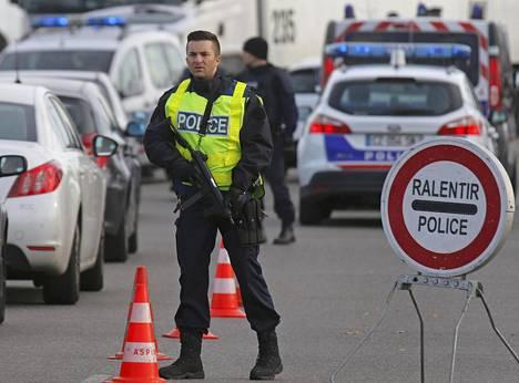 Poliisi tarkistaa ajoneuvoja Ranskan ja Saksan rajalla Strasbourgissa.