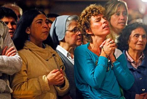 Katolilaiset rukoilivat uuden paavin kunniaksi pidetyssä messussa Buenos Airesin katedraalissa Argentiinassa torstaina.