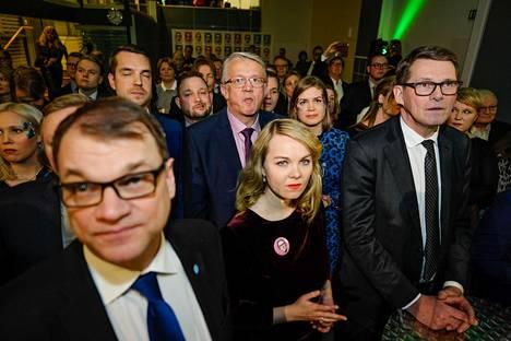 Matti Vanhasen tukijoukot seurasivat ensimmäisten ennakkoäänten tuloksia Keskustan vaalivalvojaisissa.