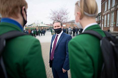 Työväenpuolueen johtaja Keir Starmer (kesk.) tapasi opiskelijoita kampanjoidessaan Dagenhamissa Lontoossa maaliskuussa.