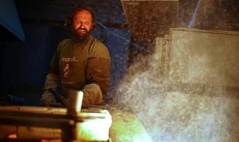 Igor Solntsev pitää huolta Pietarin Taideakatemian tsaarillisen mosaiikkiperinteen jatkumisesta. Solntsev leipoo mosaiikkikakkuja ympäri vuorokauden.