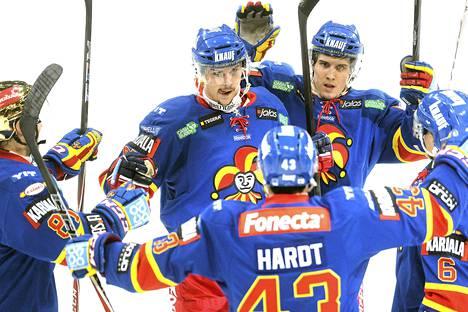 Erik Karlsson (kesk.) pelasi toistaiseksi viimeisen ottelunsa Jokereissa ja teki peräti viisi tehopistettä.