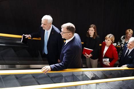 Sdp:n puheenjohtaja Antti Rinne (vas.) ja keskustan puheenjohtaja Juha Sipilä olivat joukon kärjessä kun hallituspuolueet saapuivat esittelemään hallitusohjelmaa Oodi-kirjastoon 3. kesäkuuta.