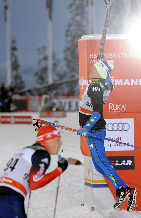 Rukan kisan suosikkeihin lukeutunut, 50 km:n venäläinen olympiavoittaja Aleksandr Legkov veti henkeä, kun Iivo Niskanen juhli voittoaan.