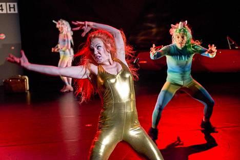 Heidi Naakka (edessä) tanssii Huonosti vartioitu tyttö -esityksen pääroolin. Oikealla Mikko Paloniemi.