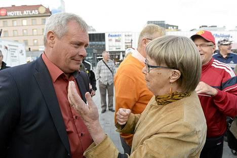 Sdp:n puheenjohtaja, valtiovarainministeri Antti Rinne ja kuopiolainen Soili Aaltonen keskustelivat Kuopion torilla keskiviikkona.