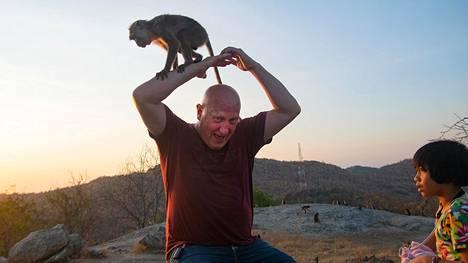 Apina teki tuttavuutta Aarno Toivasen kanssa Hua Hinin Black Mountainilla Thaimaassa helmikuun alkupuolella.