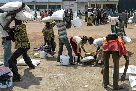 Ruoka-apua jaettiin Mpokon lentokentällä Banguissa Keski-Afrikassa perjantaina.
