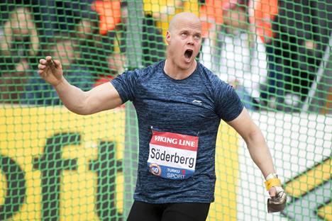 Arvokisakonkari David Söderberg heittää EM-kisojen avauspäivänä moukarin karsinnassa.