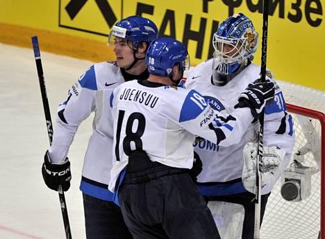 Joonas Järvinen (vas.) ja Jesse Joensuu onnittelivat maalivahti Petri Vehasta ottelun jälkeen.