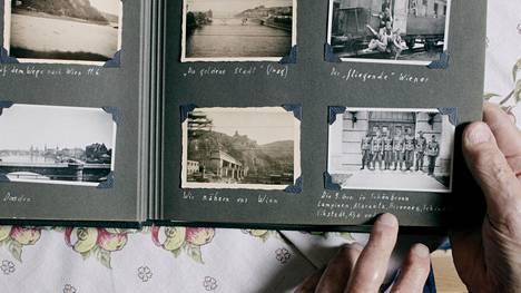Palmgrenin albumissa on valokuvia SS-vuosilta.
