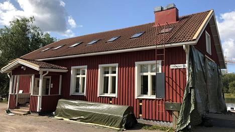 Tapanilan entinen asema on nyt Pikku Huopalahdessa asukastalona. Talo on ollut remontissa vesivaurion vuoksi.