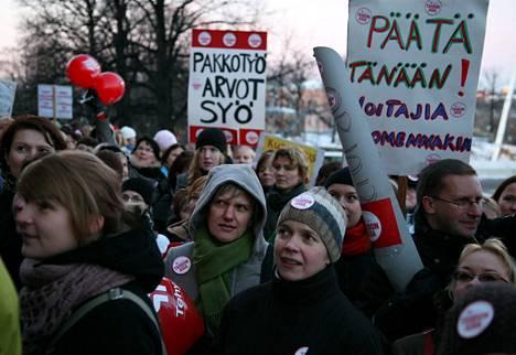 Julkisen puolen neuvottelut ovat vielä edessä. Terveydenhuoltoalaa edustavan Tehyn jäsenet osoittivat mieltään eduskuntatalolla marraskuussa 2007.