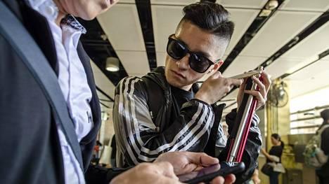 Curtis ja Jacky Lin etsivät sopivaa ruokapaikkaa. Jacky ei näy kuvissa tunnistettavasti, koska hän käy Manner-Kiinan puolella töissä ja ei halua vaarantaa työpaikkaansa.