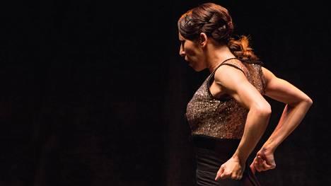 Ana Morales tanssii kunnon flamencoa upealla tekniikalla.
