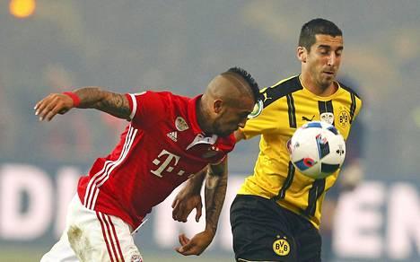 Bayern Münchenin Arturo Vidal (vas.) ja Borussia Dortmundin Henrikh Mkhitarjan Saksan Cupin finaalissa viime toukokuussa.