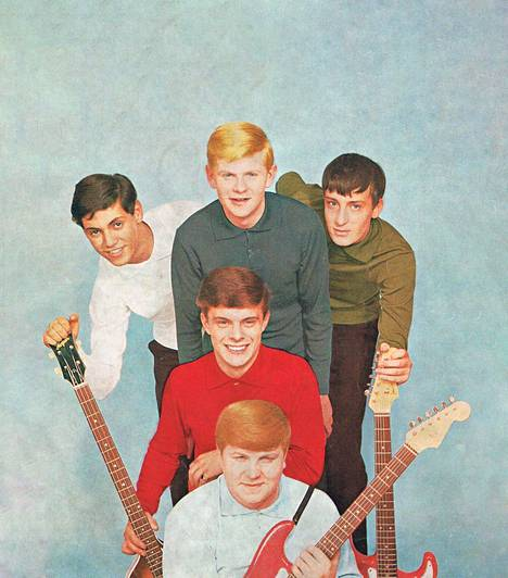 Helsinkiläinen The Sounds oli iso nimi Japanissa vuodesta 1963 lähtien. Yhtyeen kokopano syksyllä 1963: Johnny Liebkind (laulu ja rummut), Eero Raittinen (laulu ja rummut), Peter Ekman (basso), Jussi Raittinen (komppikitara ja laulu) sekä Henrik Granö (soolokitara). – Kirjan kuvitusta.
