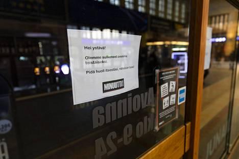 Ravintolat ja baarit menivät kiinni kuukausi sitten, ja se on ilmeisesti kääntänyt etenkin nuorten aikuisten tartunnat laskuun.