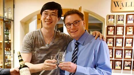 Zhang Wei maistoi kallista mutta väärennettyä viskiä heinäkuussa Sveitsissä. Kuvassa myös hotellinjohtaja Sandro Bernasconi.