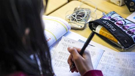 Osa opettajista antaa oppilaiden kuunnella musiikkia tehtäviä tehdessä, jos oppilaan mielestä auttaa keskittymään paremmin.