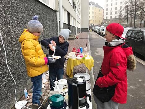 Pyry Pallaskorpi (vas.) ja Aapo Unkuri keräsivät vohvelibisneksellä rahaa pienoiskopteriin Helsingin Sepänkadulla.
