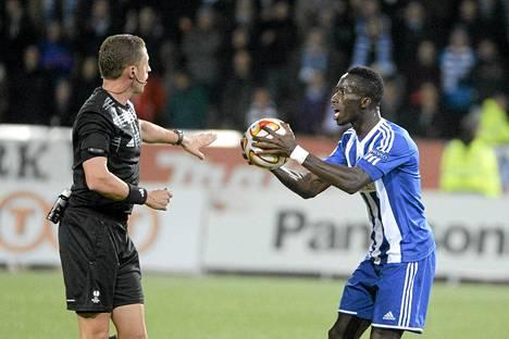 Demba Savagella oli asiaa erotuomari Ognjen Valjicille eilisessä pelissä.